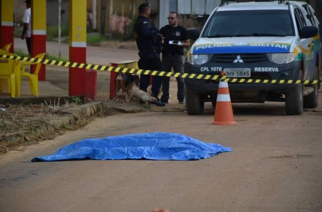 Jovem é assassinado com vários tiros no meio da rua