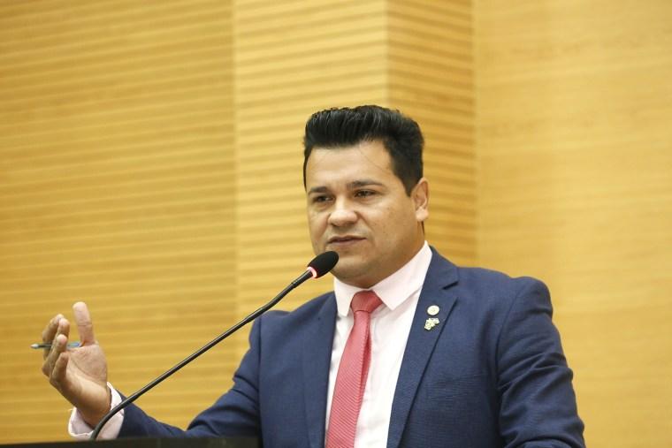 Marcelo Cruz apresenta convite para comemoração do Dia do Evangélico