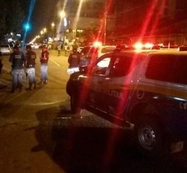 Motorista foge de blitz e durante perseguição joga carro contra policial