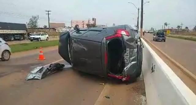 Motorista de Honda Fit colide na lateral de carreta e capota veículo