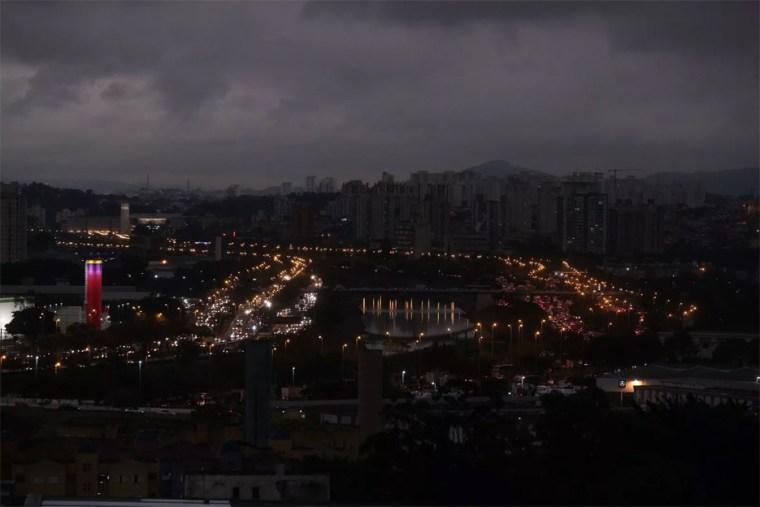 Fumaça de Rondônia e frio transformam o dia em noite em São Paulo