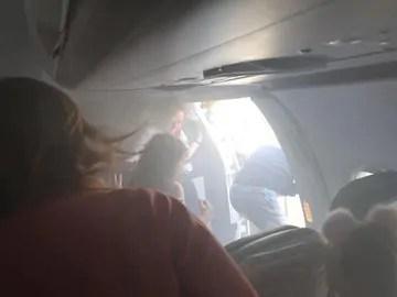 Avião faz pouso forçado de emergência por causa de fogo no motor