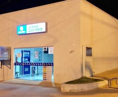 Ladrões furam parede e levam cerca de R$ 20 mil de casa lotérica