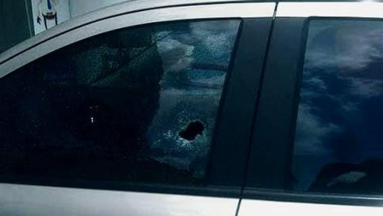 ATENTADO – Homem escapa da morte ao ser atacado a tiros dentro de carro