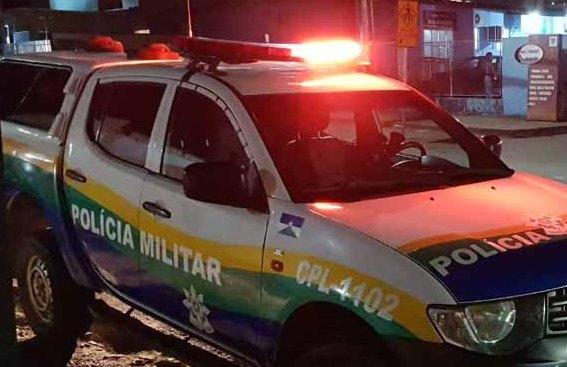 MISTÉRIO – Mulher pede socorro e vizinhos encontram homem morto com faca na cintura