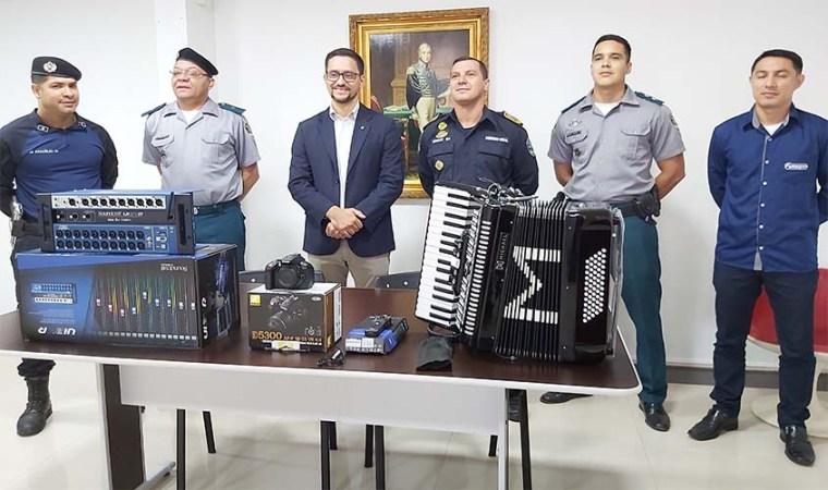 Deputado Anderson entrega oficialmente instrumentos e equipamentos de som para 'Banda Combo' da PM-RO