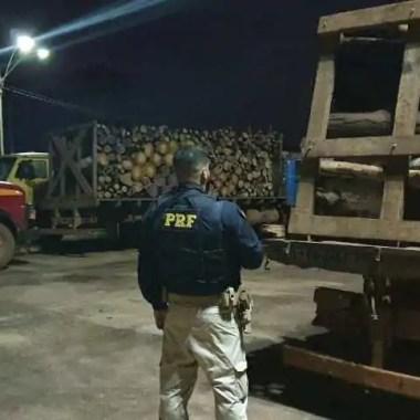 PRF apreende 60 m³ de madeira e motocicleta adulterada