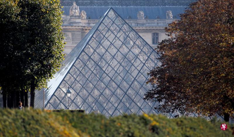 贝聿铭他设计的巴黎卢浮宫金字塔,是他名气最大的作品之一。(路透社)