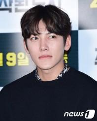 배우 지창욱이 31일 오후 서울 왕십리CGV에서 열린 영화 '조작된 도시'(감독 박광현) 언론 시사회에 참석해 객석을 바라보고 있다.