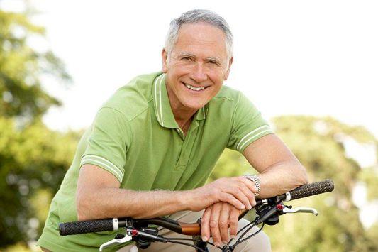 férfi kerékpáron könyököl egészséges