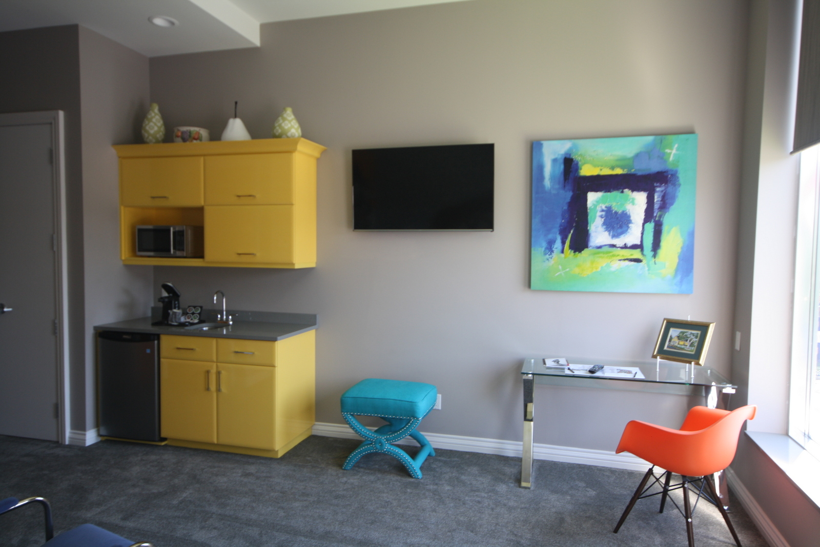 "The ""pop"" room at Retro Suites has a nice 60's feel to it; bright and cheerful. JIM BYERS PHOTO"
