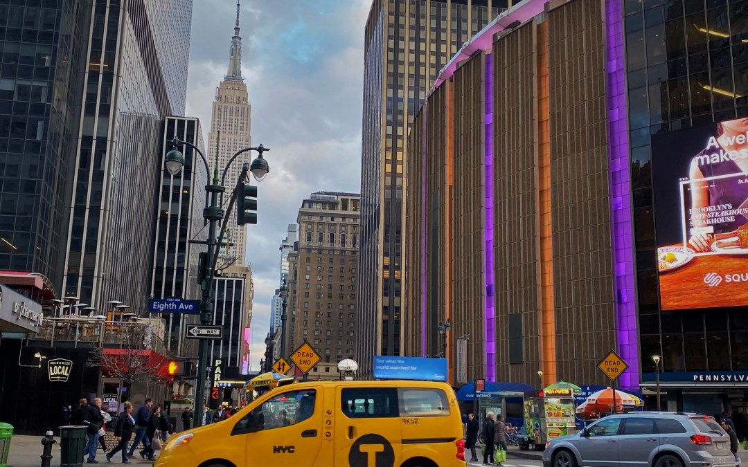 MASSIVE REACTION: Sports World Mourns For KOBE BRYANT As MSG Is Lit In Lakers Colors