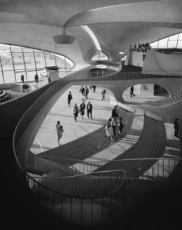 TWA 공항 터미널을 촬영한 사진작. 본래 아이들와일드 공항이라 불리던 곳으로서 현재는 K.F.케네디 공항으로 바뀌었다. 핀란드계 미국인 디자인 에에로 사아린넨 설계. 1962년 작. Ezra Stoller © Esto.