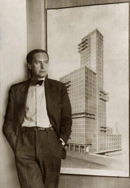 1928년 시카고 트리뷴 신문사 건물을 위한 시카고 트리뷴 타워 설계 스케치 앞에서 포즈를 취하고 있는 발터 그로피우스. 1922년 화재의 건축공모전 안타깝게도 그의 안은 채택되지 않아 끝내 실현되지 못한 설계안으로 남아있다. © BAUHAUS-ARCHIV BERLIN.