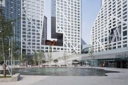 중국 청두 시의 래플스 시티 의 신 주거 및 상업 공간 슬라스드 포로시티 블록 (Sliced Porosity Block, Chengdu, China)는 다가올 미래 새로운 개념의 공동체 주거 개념을 시도한다고 선언한다. Photos courtesy: The International Highrise Award & DAM, Frankfurt.