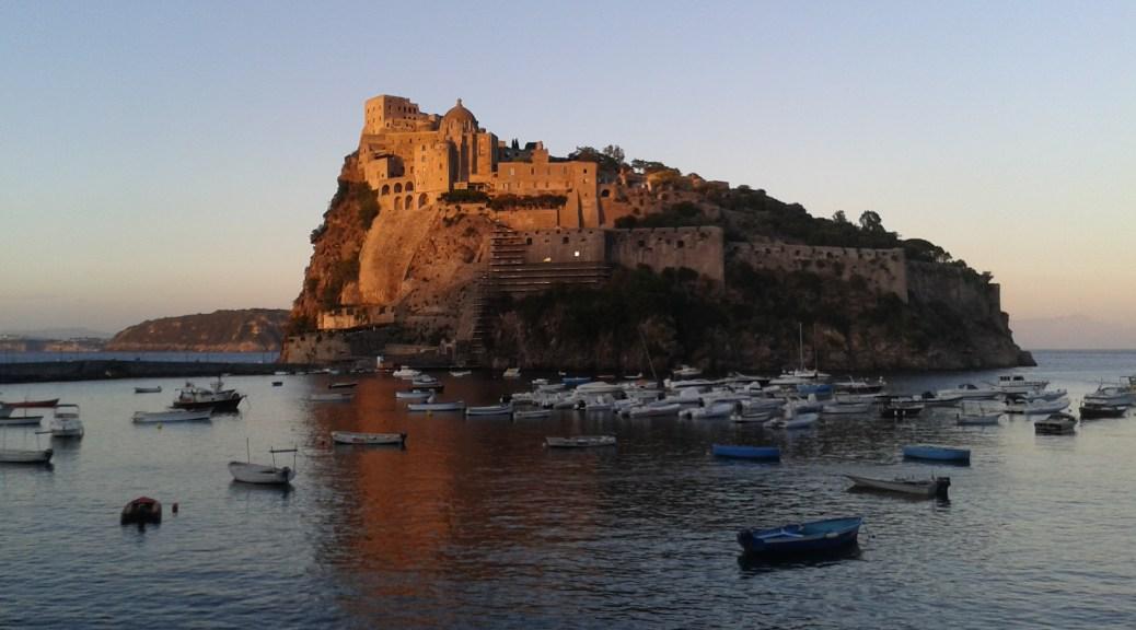 Italský ostrov Ischia nedaleko Neapole a jeho Castillo Aragonese z lodi