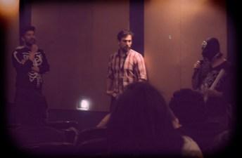 Emiliano Romero (cuadros) con Rodrigo Duarte y el crítico enmascarado después d ela proyección de Topos.