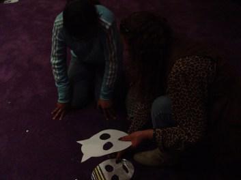 """Aspectos del taller """"Haga su máscara"""" impartido por The Killer Film, el crítico enmascarado en la Cinemateca Distrital de Bogotá, Colombia."""