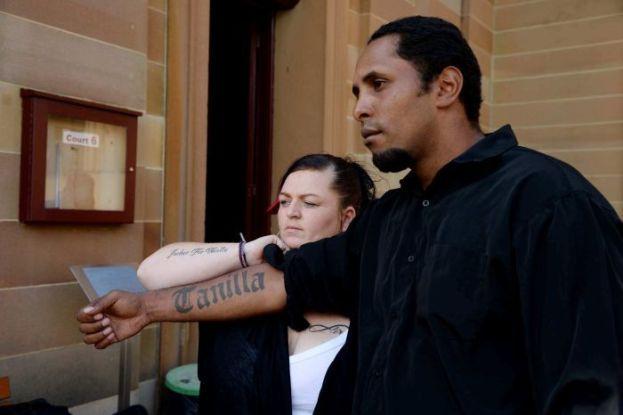 นาย Adrian Warrick และภรรยาคนใหม่ โชว์สักชื่อด.ญ. Tanila ที่แขนขณะมาฟังคำตัดสินโทษนาย Warren Ross