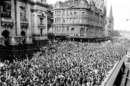 ฝูงชนตอนรับสมาชิก the Beayles ขณะปรากฎตัวที่ระเบียงของโรงแรม Southern Cross ตรงหัวมุมถนน Bourke St. และถนน Exhibition St.