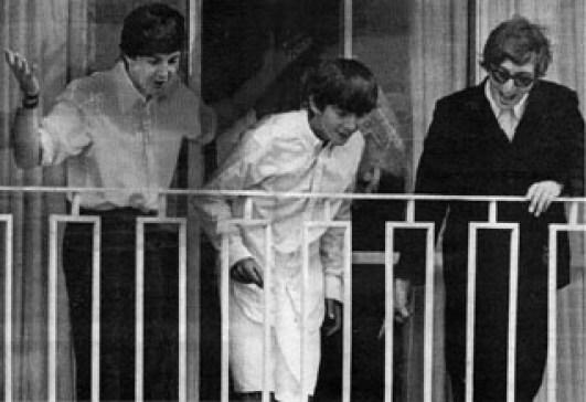 สมาชิกเดอะ Beatles ยกเว้นริงโก้ สตาร์ยื่นโบกมือให้แฟนเพลงอยู่ที่ระเบียงห้อง ๘๐๑ ของโรงแรมเชอราตัน