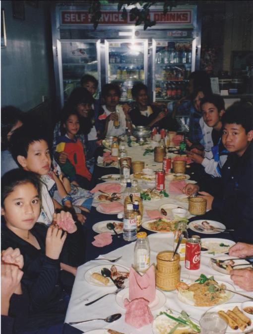 นักเรียนรุ่นเล็กทานอาหารค่ำที่ร้านคุณหมอน
