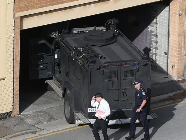 รถ BearCat และหุ่นยนต์ถูกใช้ปฎิบัติการที่ถนน King William St.