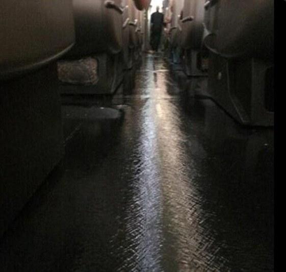 น้ำเจิ่งนองในห้องผู้โดยสารสายการบิน  QF94 ขณะบินจากแอลเอ.มาเมลเบิร์น