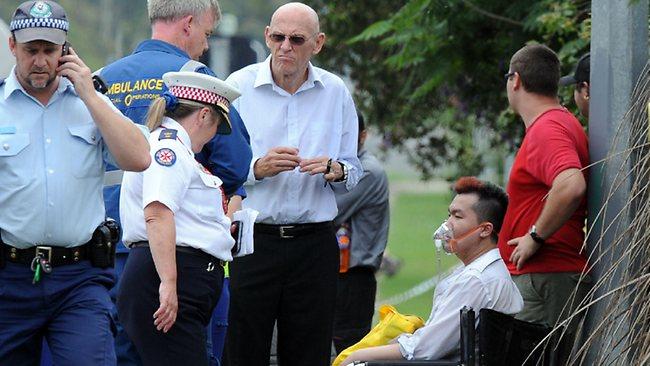 นาย Roger Dean (คนนั่ง) ทำเป็นเนียน เข้าช่วยเหลือคนชราจนตนเองสูดควันพิษเข้าไป