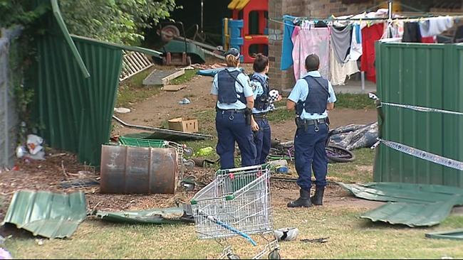 ตำรวจตรวจสอบบ้านที่เกิดเหตุในย่าน Constitution Hill ที่เด็ก 1 ปี 6 เดือนเสียชีวิต (ภาพชั่วคราวจากนสพ. the Daily Telegraph