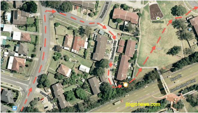 แผนที่แสดงเส้นทางที่คนร้ายหนีการไล่ล่าของตำรวจ (แก้ไขตามข้อมูลใหม่ที่เผยแพร่ในวันที่ 1 กุมภาพันธ์ 2015)  จุดขาวขอบเหลืองคือจุดที่เด็ก 8 คนกำลังเล่นขณะถูกรถพุ่งเข้าชน