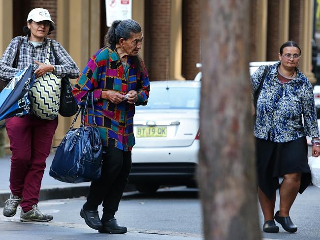 สามแม่ลูกขณะเดินทางไปศาลสูงในวันที่ 18 กุมภาพันธ์