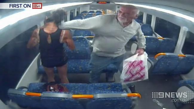 ในขณะที่นาง AA เผลอ จึงถูกนาย David Marlin ใช้มือฝาดไปที่ใบหน้าอย่างแรงจนเธอล้มหงายหลังทั้งยืน (ภาพจากทีวี 9)