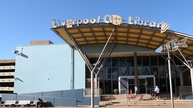 ห้องสมุด Liverpool City Library จะเห็นอาคารจอดรถหลายชั้นของเทศบาลอยู่ด้านซ้ายมือ
