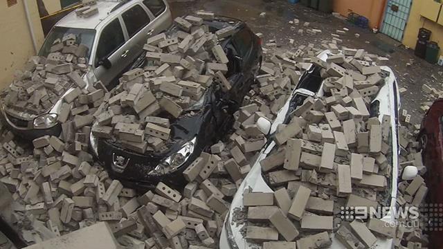 กำแพงถล่มในซิดนีย์ หล่นมาทับรถยนต์สามคันพัง