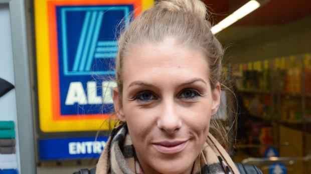 น.ส. Claudia Scent บอกว่าที่เยอรมันนีประเทศของเธอ Aldi ไท้คิดค่าเซอร์ชาร์จ