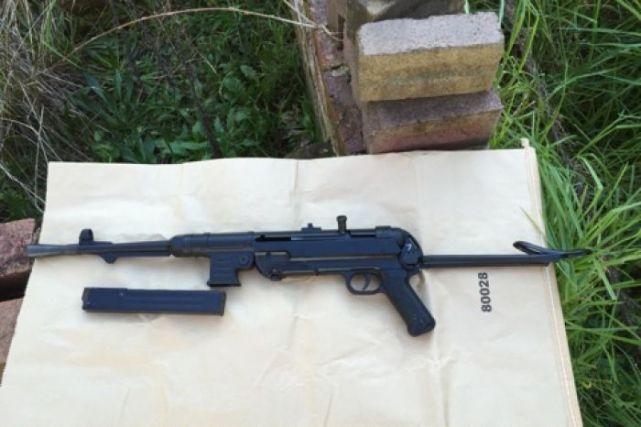 ปืนกล MP40 German Schmeisser กึ่งอัตโนมัติที่พบในบ้าน ภาพจากสำนักงานตำรวจรัฐน.ซ.ว.