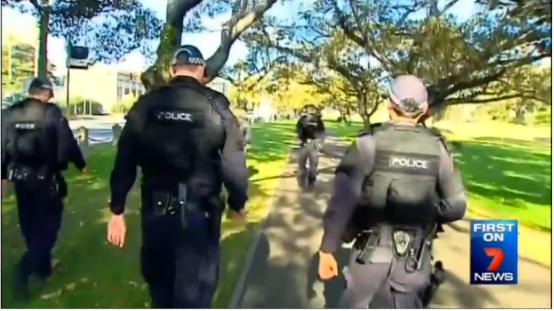 ตำรวจเข้าตรวจบริเวณห้องน้ำที่บริเวณสนามของโรงเรียน (ด้านในห้ามสื่อฯเข้า)  ภาพจากทีวี Fairfax Media