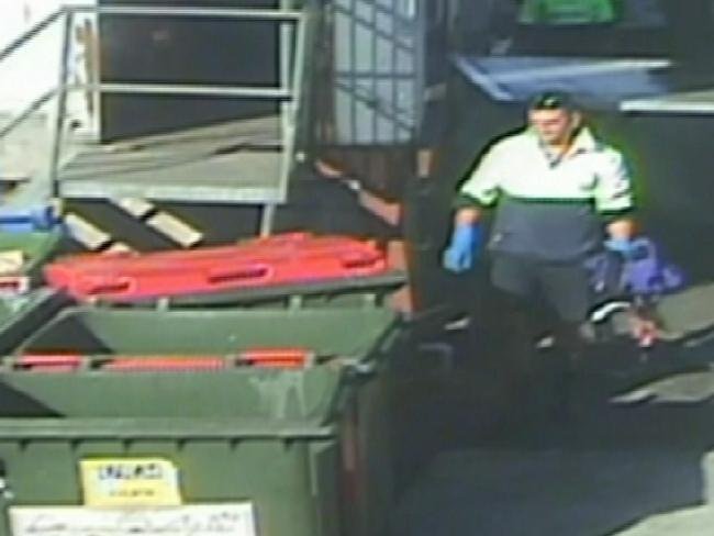 กล้อง CCTV ขณะนาย Emmanuel Xiberras นำเสื้อแจ็คเก็ตของนาง Jo-Ann Thwaites ทิ้งถังขยะ : ภาพจากนสพ. the Telegraph