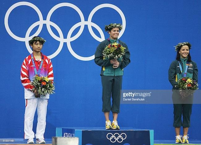 Chantelle Newbery ขณะขึ้นรับเหรียญทองโอลิมปิก โดยมี  Lishi Lao จากจีนได้เหรียญเงินและ  Loudy Tourky เพื่อร่วมชาติได้เหรียญบรอนซ์ : ภาพจาก Getty Images