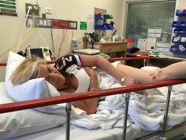 นาง Sharon Heindrich ขณะถูกนำส่งโรงพยาบาลด้วยกำลังใจที่เข้มแข็ง : ภาพชั่วคราวจากสำนักข่าว news Corp และ สำนักข่าว AAP