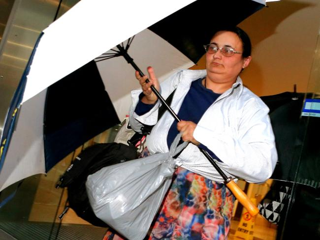 น.ส. Elena Bobolas กับถุงพลาสติกสีเทาใส่เงินกว่า 170,000 เหรียญขณะมาปรากฎตัวที่ศาล : ภาพชั่วคราวจากนสพ. the Telegraph