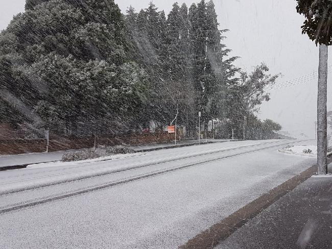 หิมะตกที่ Katoomba รัฐน.ซ.ว. บริเวณทางผ่านที่จะขึ้นเทือกเขา the Blue Mountain : ภาพจาก Twitter/@chris_caines