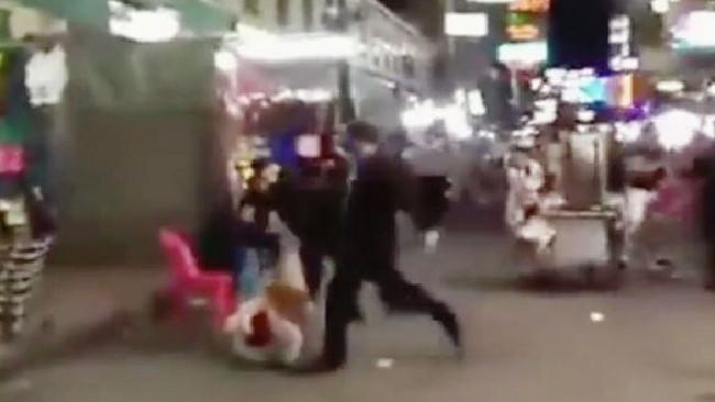 ภาพชายชุดดำสี่คนพร้อมแท่งโลหะรุมทำร้ายนักท่องเที่ยวชาวสหราชอาณาจักร : ภาพจากเฟสบุ๊ค
