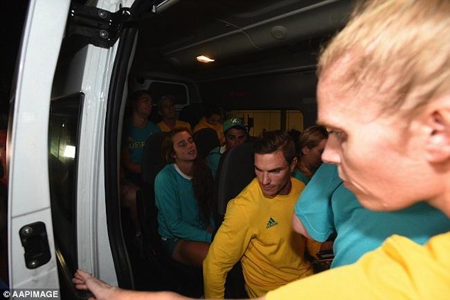 นักกีฬาออสซี่ 10 คนในสภาพอิดโรยหลังออกจากศาลมาขึ้นรถมินิแวนเพื่อกลับบ้านพักนักกีฬา : ภาพจาก dailymail.co.uk ต้นฉบับสำนักข่าว AAP