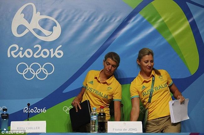 นาง Kitty Chiller (ซ้าย) หัวหน้าทีมนักกีฬาออสเตรเลียและนาง Fiona de Jong ผู้อำนวยการคณะกรรมการโอลิมปิกออสเตรเลียขณะแถลงข่าวขออัย : ภาพจาก dailymail.co.uk ต้นฉบับสำนักข่าว AAP