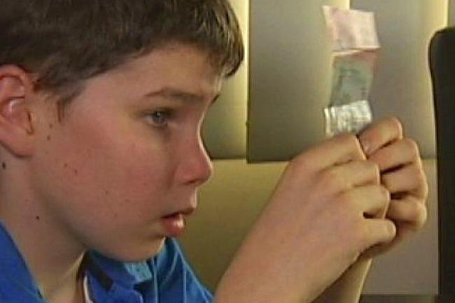 นาย Connor McLeod ผู้พิการทางสายตาวัย 15 ปีมีส่วนก่อให้เกิดการพิมพ์ธนบัตรเพื่อคนตาบอด : ภาพจากสำนักข่าว ABC