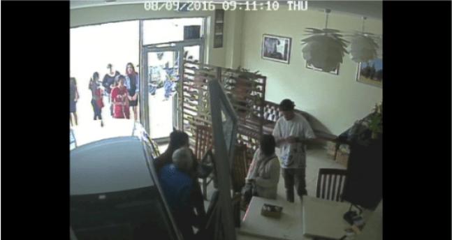 พลเมืองดีกำลังช่วยชายชราออกจากรถหลังพุ่งเข้ามาในร้านอาหารไทย Wii's Thai Cafe : ภาพจากกล้อง CCTV ภายในร้าน