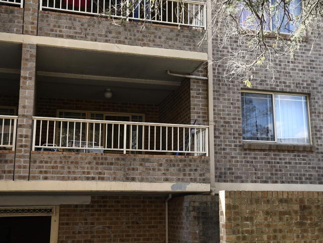 ระเบียงของอพาร์ทเมนท์อาคารสงเคราะห์ในย่าน Bankstown ที่แก๊งคนร้ายใช้กักตัวผู้ถูกลักพา : ภาพชั่วคราวจากนสพ. the Telegraph