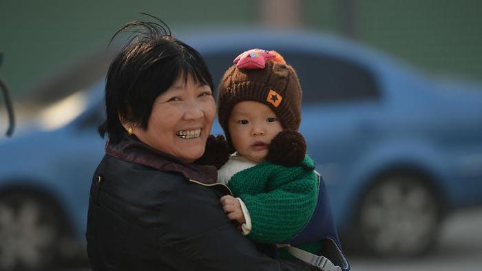 ผู้อพยพนำบิดามารดามาอยู่ด้วย แถมได้ช่วยเลี้ยงหลาน ทำให้ไม่ต้องเป็นห่วงเวลาไปทำงาน : ภาพจากสำนักข่าว SBS